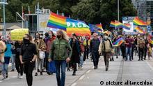5.9.2021****Teilnehmer an der Demonstration von Schwulen- und Lesbenvereinen der Städte Slubice (Polen) und Frankfurt (Oder) ziehen über die Oderbrücke. Mehrere hundert Teilnehmer waren dem Aufruf gefolgt, protestierten auf Plakaten, Transparenten und Redebeiträgen gegen die Diskriminierung von Schwulen und Lesben in Polen.