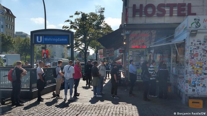 Menschen stehen Schlage vor einem Imbiss am Mehringdamm, in Berlin-Kreuzberg