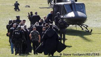 Митрополит Иоанникий и глава СПЦ Порфирий в сопровождении полиции готовятся к посадке в вертолет, Цетине, 5 сентября 2021 года