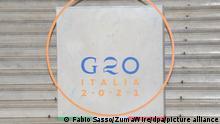 23.7.2021 Neapel***Das Logo des G20-Treffens steht auf den Stufen des Palazzo Reale, am letzten Tag des Gipfels der wichtigsten Wirtschaftsnationen. Diskutiert werden in Neapel Themen zur Umwelt- und Klimapolitik. +++ dpa-Bildfunk +++