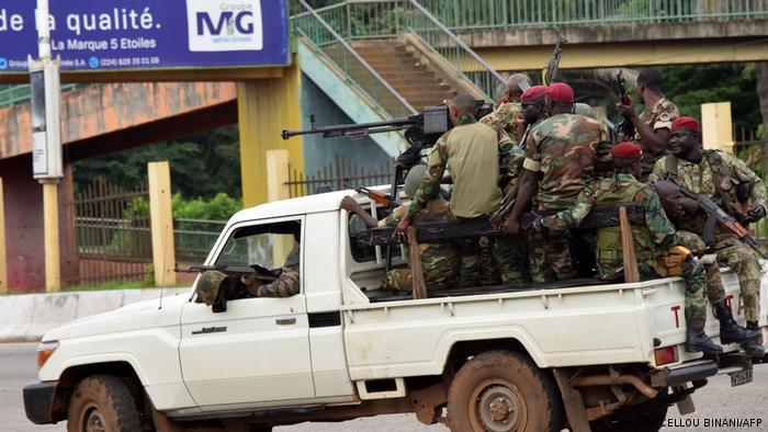 Военные на улицах столицы Гвинеи Конакри, 5 сентября 2021 года