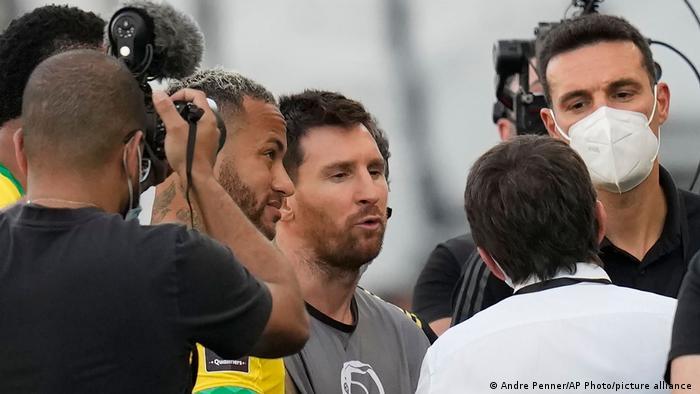 Neymar y Messi se informan de lo que ocurre.