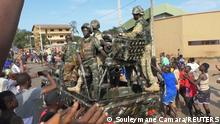 Residents cheer at army soldiers as they celebrate the uprising in Conakry, Guinea September 5, 2021. REUTERS/Souleymane Camara NO RESALES. NO ARCHIVES