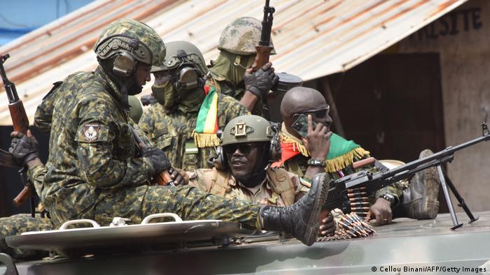 Des militaires célèbrent leur victoire après l'arrestation du président Alpha Condé, le 5 septembre
