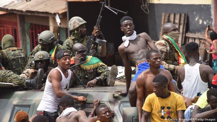 Des Guinéens avec les militaires qui ont renversé Alpha Condé