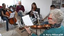 Geigenlehrer Georgi Kalaydhiev und seine Schüler. Die Autorin ist unsere Korrespondentin Maria Milkova.