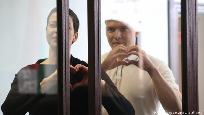 Марія Колесникова та Максим Знак у залі суду, серпень 2021 року