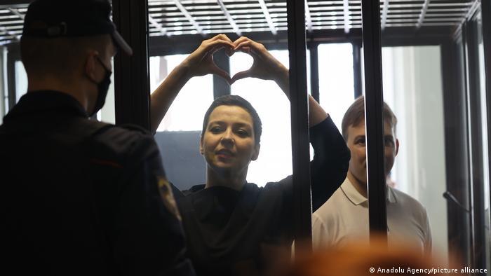 Die Oppositionelle Maria Kolesnikowa hat in einem Gerichtsgebäude ihre Hände zu einem Herz geformt.