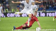 Fußball: WM-Qualifikation Europa, Schweiz - Italien, Gruppenphase, Gruppe C, 5. Spieltag: Italiens Federico Chiesa (l) kämpft um den Ball gegen den Schweizer Fabian Frei. +++ dpa-Bildfunk +++