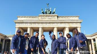 L'équipe de la DW devant la porte de Brandebourg (Brandenburger Tor en allemand), un symbole de la ville, mais qui fut pendant presque trois décennies le symbole de la division.