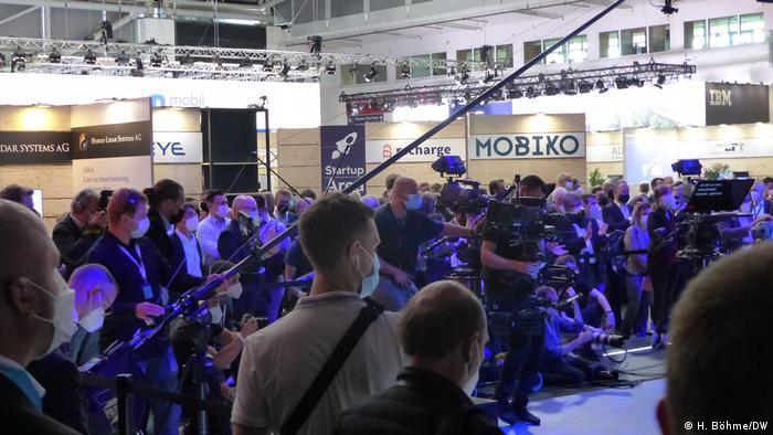Zumindest ein kleiner Andrang bei einer Pressekonferenz in einer Messehalle