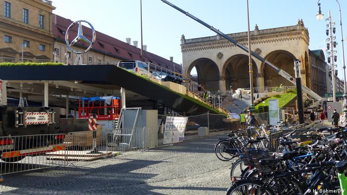Aufbau der innerstädtischen Bühne von Mercedes Benz vor der Feldherrnhalle