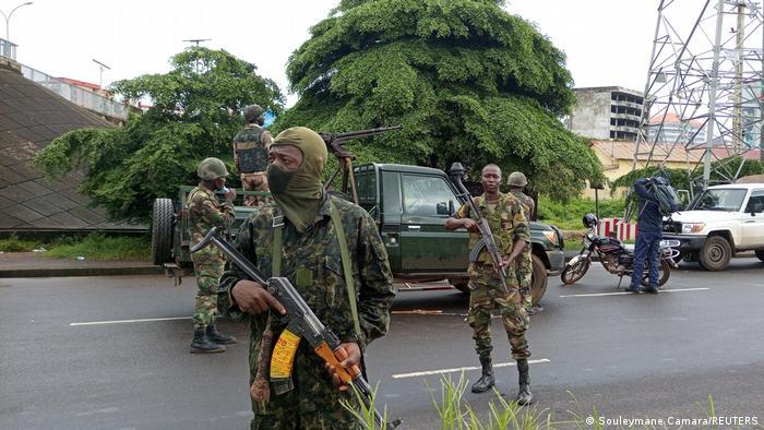 Militaires guinéens dans les rues de Conakry le lundi 6 septembre 2021