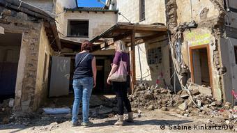 Анника и Юлия - перед разрушенным домом их матери