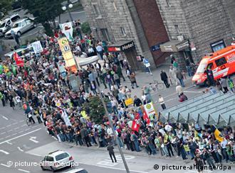 Die Projetkgegner bilden in Stuttgart eine Menschenkette (Foto: dpa)