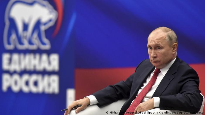 Russlands Präsident Putin vor einem Plakat seiner Partei Geeintes Russland