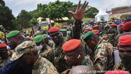 Militärputschanführer Mamady Doumbouya umringt von seinen Soldaten