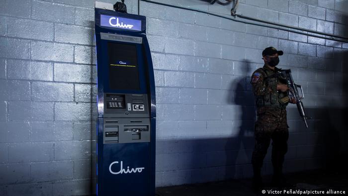 Un soldado vigila un cajero de Chivo, la billetera digital de bitcoin en El Salvador.