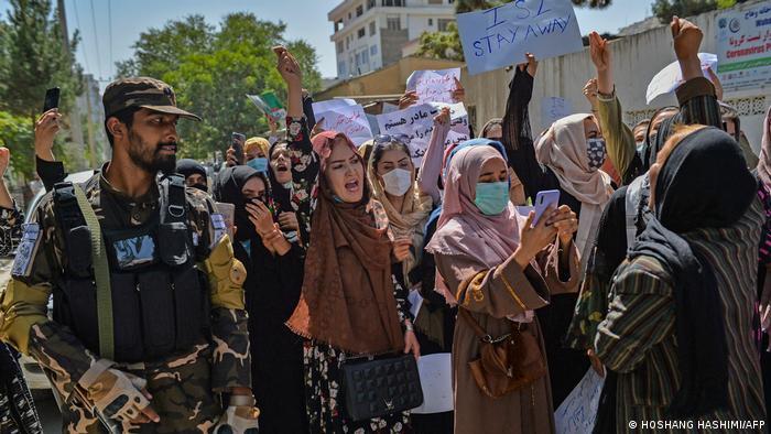 Kabil'de bir grup gösterici Pakistan'ı protesto etti