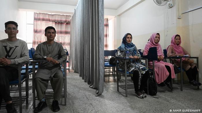 Taliban'ın Afganistan'da geçen ay iktidarı ele geçirmesinin ardından üniversitelerde sınıflar perdeyle ikiye ayrılmaya başlanmıştı.
