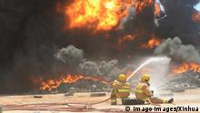 Bilder des Jahres 2021, News 04 April News Themen der Woche KW17 News Bilder des Tages 210429 -- JAHRA GOVERNORATE, April 29, 2021 -- Firefighters try to control the blaze at a tire yard in Jahra Governorate, Kuwait, April 29, 2021. A fire broke out at the tire yard on Thursday, no casualties were reported. Photo by /Xinhua KUWAIT-JAHRA GOVERNORATE-TIRE YARD-FIRE Asad PUBLICATIONxNOTxINxCHN