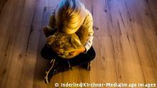 Kindesmissbrauch Gesellschaft: Familie, Kriminalität, Kindesmissbrauch: Ein Mädchen versteckt ihr Gesicht in einem Teddybär und sucht Trost. Der Bundesrat hat am 9.10.2020 einen Gesetzentwurf aus Nordrhein-Westfalen beschlossen, der einen besseren Datenaustausch zwischen Strafverfolgungsbehörden und den Jugendämtern zum Ziel hat. Der Entwurf wird nun in den Bundestag eingebracht. Rietberg Nordrhein-Westfalen Deutschland *** Child Abuse Society Family, Crime, Child Abuse A girl hides her face in a teddy bear looking for comfort On 9 10 2020, the Bundesrat passed a bill from North Rhine-Westphalia that aims to improve the exchange of data between law enforcement agencies and youth welfare offices The bill will now be submitted to the Bu Copyright: xInderlied/Kirchner-Mediax