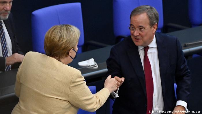 Angela Merkel saluda a Armin Laschet, candidato de los conservadores.