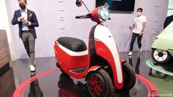 Das Schweizer Startup Micro Mobility Systems versucht sich mit einen winzigen Auto, dem Microlino - einem Zweisitzer, der sich so schnell wie ein Smartphone aufladen lassen soll. Und mit diesem Dreirad namens Microletta. Die zwei Vorderräder sollen für mehr Sicherheit sorgen, die Batterie kann man herausnehmen und in der Wohnung aufladen.