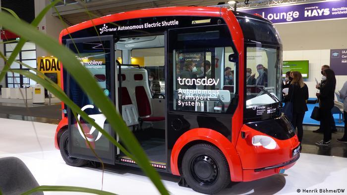 Autonom fahrende Kleinbusse sind derzeit schon Hamburg im Testbetrieb im Einsatz. Diesen hier entwickeln die Firmen Mobileye (eine Intel-Tochter), der Mobilitätsanbieter Transdev und der Transportsystem-Spezialist Lohr Gruppe aus Frankreich gemeinsam. Der Shuttlebus hört auf den Namen iCristal, kann bis zu 16 Passagiere transportieren und soll ab 2023 in den Regelbetrieb gehen.