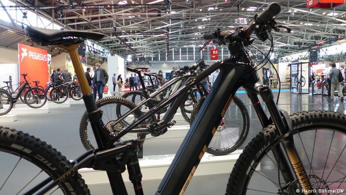 Zwei der neun Hallen auf dem Münchner Messegelände sind komplett den Herstellern von Fahrrädern vorbehalten. Und überhaupt stellen auf der IAA mehr Fahrradhersteller als Autobauer aus. Man könnte meinen, man sei auf der Eurobike, der größten Fahrradmesse der Welt, die bisher in Friedrichshafen am Bodensee stattfand und 2022 nach Frankfurt umzieht.