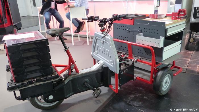 Lastenfahrräder sind das nächste große Ding. Die Grünen wollen die Anschaffung ja sogar mit 1000 Euro bezuschussen. Dieses Gefährt der Kölner Firma A-N.T. GmbH ist ein sogenanntes Heavy Duty E-Cargo-Bike und kann in allen möglichen Varianten bestellt werden. Hier als Version für Handwerker - Schraubstock inklusive.