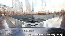 New York City An den Stellen der zerstoerten Zwillingst¸rme befinden sich, NFuabdr¸cken gleich, zwei groe Becken. Diese sind mit einer Kupferumrandung versehen, in die die Namen der 2983 Menschen gefraest sind, die bei den Terroranschlaegen vom 11. September 2001 und vom 26. Februar 1993 ums Leben kamen, Copyright: Hundt/xEibner-Pressefoto EPmht
