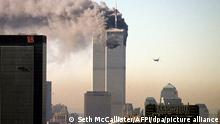 A hijacked commercial plane approaches the World Trade Center shortly before crashing into the landmark skyscraper 11 September 2001 in New York. dpa +++ dpa-Bildfunk +++
