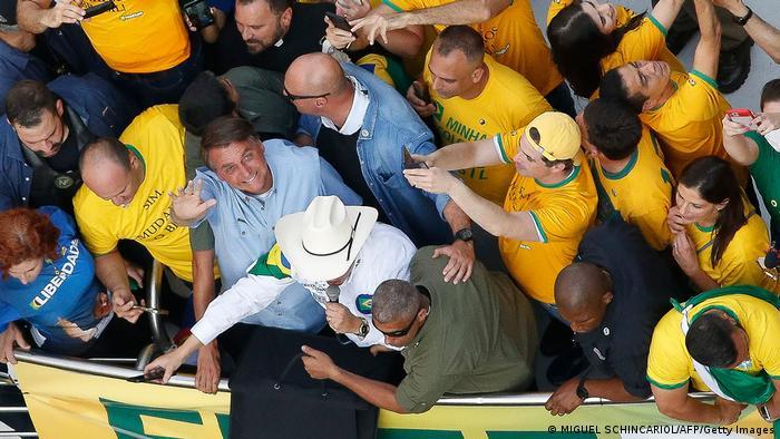 Jair Bolsonaro acena para cima em meio a apoiadores em protesto em São Paulo