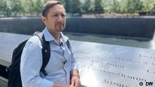 Es zeigt Jorge Roldan, der als Helfer bei den Aufräumungsarbeiten nach den Anschlägen vom 11.9.01 in New York beteiligt war. Die Rechte liegen komplett bei der DW.