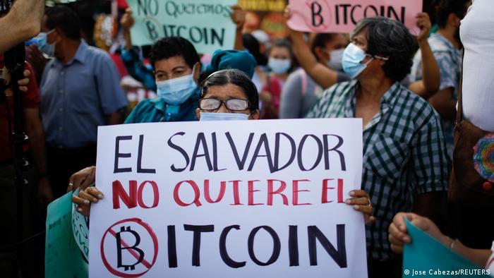Foto de manifestantes en El Salvador contra el bitcóin