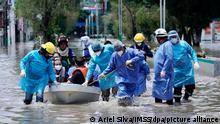 Dieses von Mexikos Staatlichem Institut für Soziale Sicherheit (IMSS) zur Verfügung gestellte Foto zeigt Menschen in Schutzkleidung und mit Mund-Nasen-Schutz, darunter Angestellte eines Krankenhauses, die ein Boot durch die überflutete Straße ziehen. (zu dpa «Krankenhaus in Mexiko überschwemmt: Mindestens 16 Tote») +++ dpa-Bildfunk +++