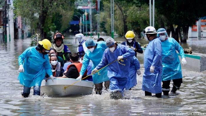 Эвакуация пациентов из затопленной больницы в Мексике