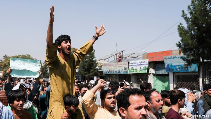 پس از آن که احمد مسعود، رهبر جبهه مقاومت ملی افغانستان در یک نوار صوتی از مردم خواست تا به خاطر عزت و سربلندی افغانستان قیام کنند شماری از زنان و مردان به خیابانها آمده و در دفاع از آزادی شعار سر دادند. همزمان با گسترش اعتراضات واکنش طالبان به اعتراضات نیز خشونتآمیزتر شده است.