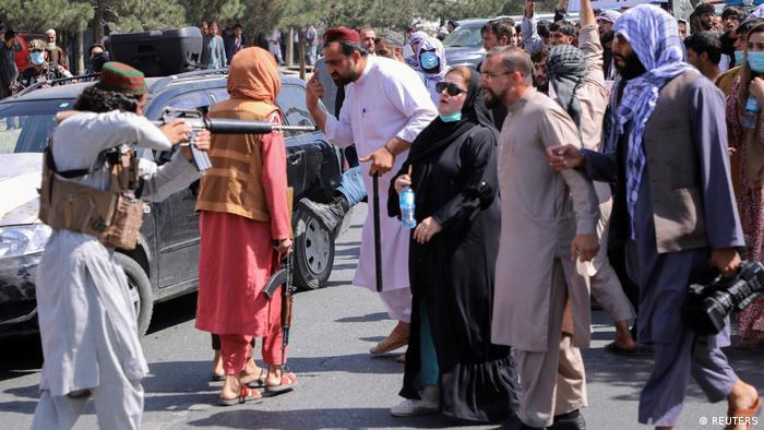 سهشنبه ۱۶ شهریور صدها نفر از شهروندان افغان با تجمع در برابر سفارت پاکستان در کابل علیه دخالت پاکستان در امور داخلی افغانستان تظاهرات کردند. به گزارش خبرگزاری فرانسه، نیروهای طالبان برای متفرق کردن جمعیت اقدام به تیراندازی کردند. اکثریت تظاهرکنندگان را زنان تشکیل میدادند.