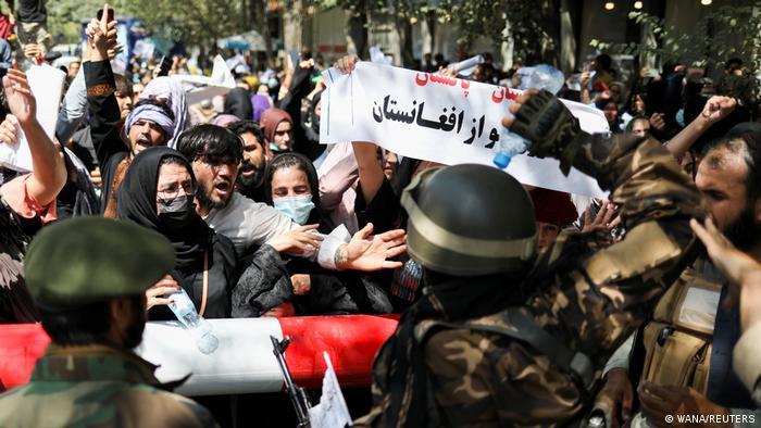 معترضان بر این باورند که طالبان به کمک پاکستان موفق به بازپسگیری قدرت شدهاند و به همین دلیل نیز بسیاری از آنها علیه پاکستان شعار سر میدهند. احساسات ضد پاکستانی پس از آن افزایش یافت که فیض حمید، رئیس سازمان اطلاعات نظامی پاکستان (آیاسآی) در یک سفر نامنتظره وارد کابل شد.