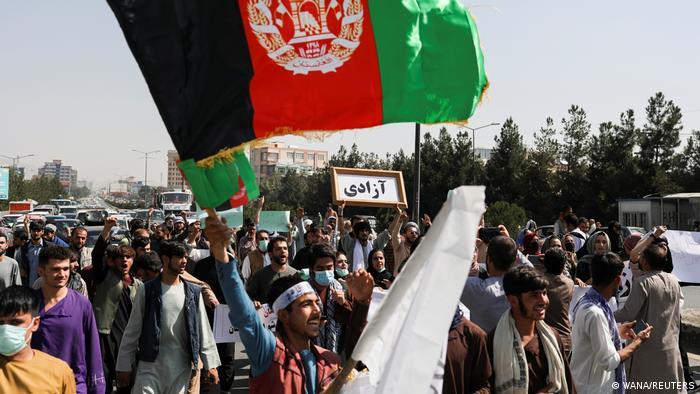در اعتراضات شعارهای متفاوتی شنیده میشود. در حالی که شماری از معترضان خواستار توقف دخالت پاکستان هستند، در بسیاری گردهماییهای دیگر موضوعاتی چون آزادی، حقوق و دستاوردهای زنان برجسته است.
