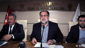 AKP Van Milletvekili Osman Nuri Gülaçar (ortada)
