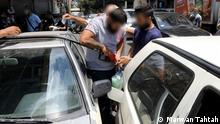 14.08.2021 Libanon Beirut | Schwarzmarkt für Benzin Crowd of people trying to fill petrol cans at the petrol station.