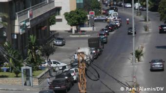 Lübnan'da yaşanan kriz nedeniyle Beyrut'taki bir benzin istasyonunun önünde oluşan uzun araç kuyruğu