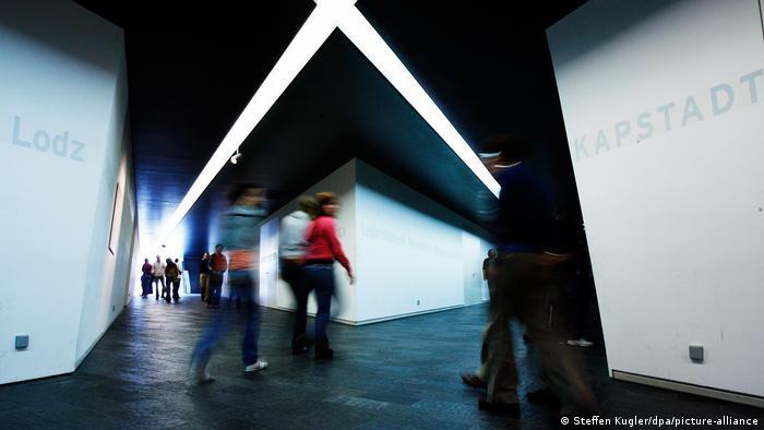 Un espacio cuyos pasillos se unen en el Eje del Exilio y del Holocausto, en el Museo Judío de Berlín.