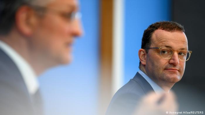 El ministro alemán de Salud, Jens Spahn, mira al presidente del Instituto Robert Koch, Lothar Wieler, durante su rueda de prensa conjunta.