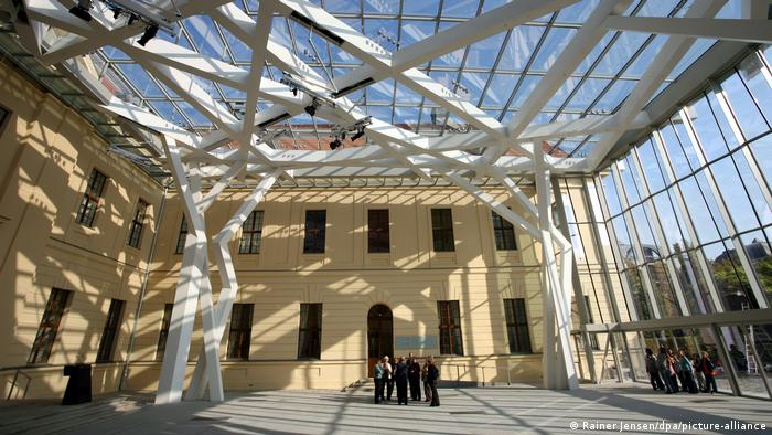 Un grupo de personas debajo de un techo de vidrio.