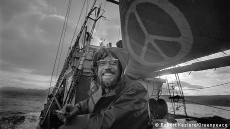 50 Jahre Greenpeace Der Greenpeaceaktivist Lyle Thurston auf einem Segelboot von Greenpeace 1971