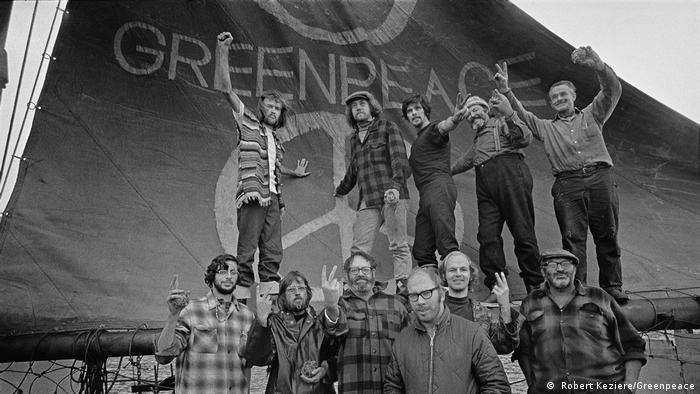 Активисты Гринпис на одноименном паруснике